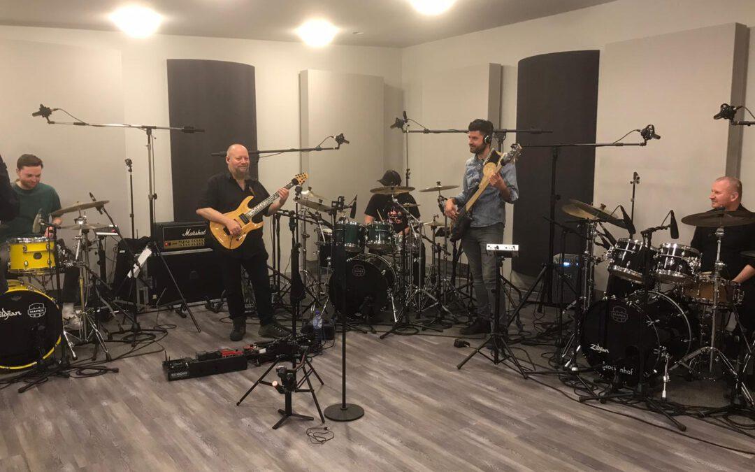 3 drummers, gitarist en bassist …………. en dat alles voor ……….